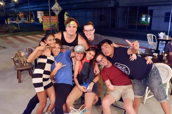 Afbeelding van een groepje buitenlanders die op de foto staan bij een barretje in Bangsaen, Thailand.