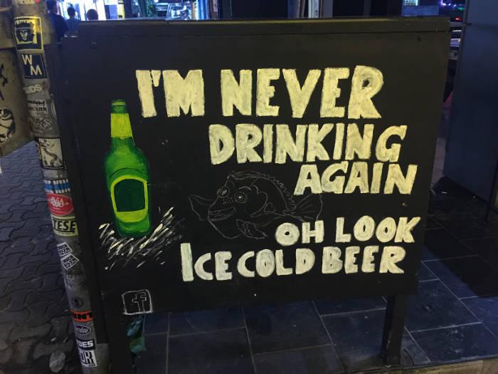 Afbeelding van een grappige tekst die op een krijtbord geschreven is. Vertaald staat er: Ik drink nooit meer alcohol, oh kijk ijs koud bier.