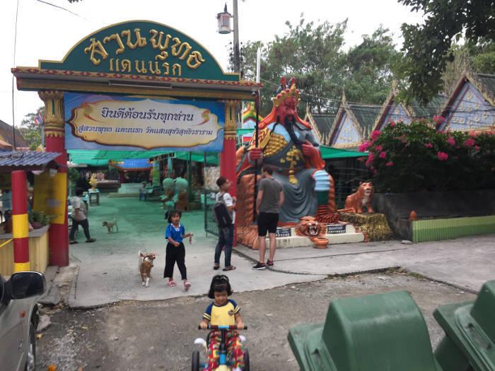 Foto van de ingang van de Wang saen suk hell garden in Bangsaen, Thailand.