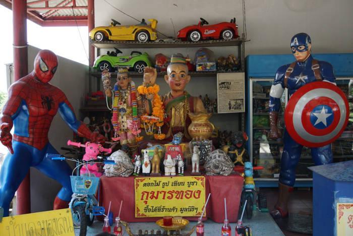 Afbeelding van divers speelgoed dat beschikbaar is voor kinderen bij de Wang Saen Suk hell garden