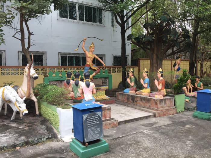 Afbeelding van beelden die wat informatie over het boeddhisme geven in de Wang saen suk hell garden in Bangsaen, Thailand.