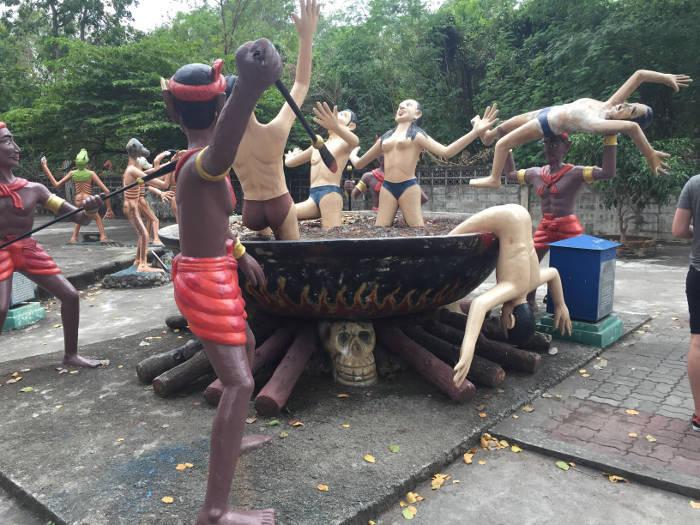 Afbeelding van een van de vele straffen in de hel van de wang saen suk hell garden.