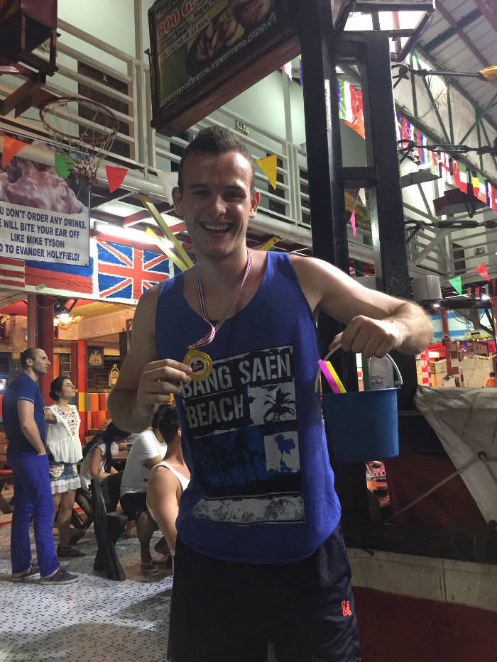 Afbeelding van een jonge backpacker die zojuist zijn bokswedstrijd bij de Reggae bar in Koh Phi Phi heeft gewonnen.