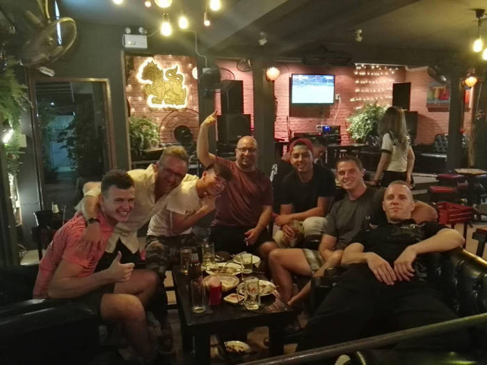 Afbeelding van wat buitenlanders in een bar in Bangsaen.