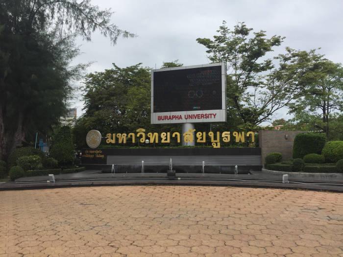 Afbeelding van een tv scherm bij de ingang van de Burapha universiteit in Thailand.