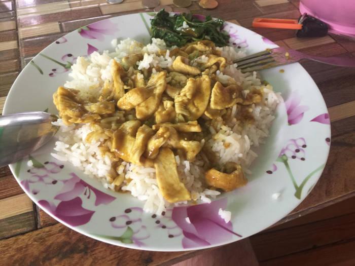 Een foto van een groene curry met kip en rijst in Thailand.