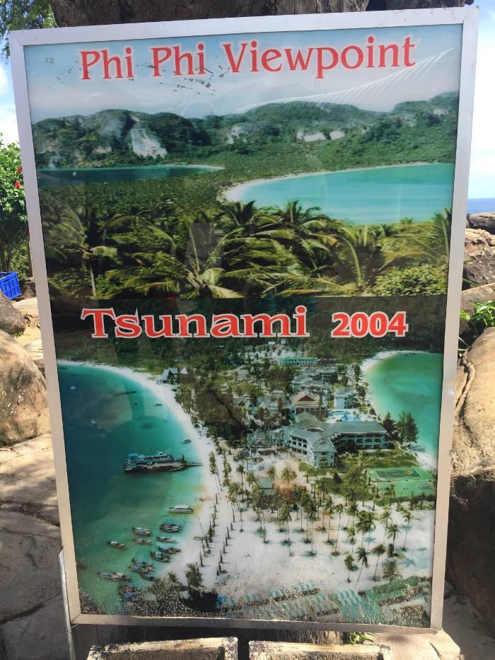 Afbeelding van een bordje waarop een herinnering aan de Tsunami van 2004 te zien is.