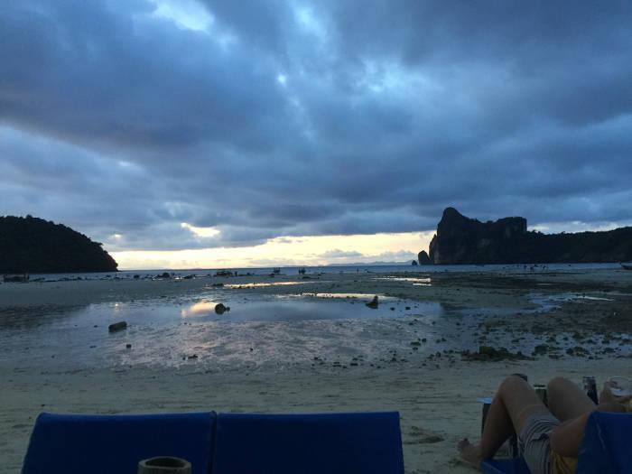 Afbeelding van een zonsondergang op het populaire Thaise eiland Koh Phi Phi.