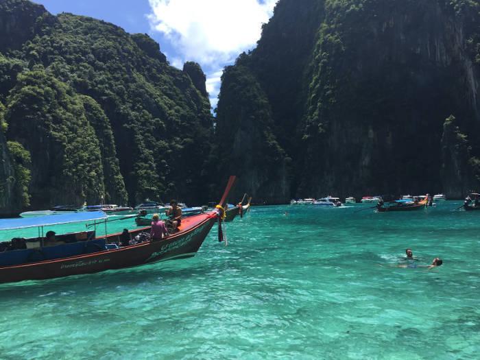 Afbeelding van een longtailboot die de Pileh Lagoon rondom Koh Phi Phi binnenvaart.