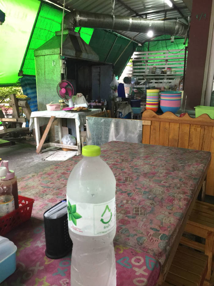 Afbeelding van een tentje waar je streetfood kan kopen in Thailand.