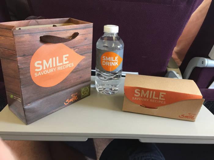 Afbeelding van een lunchpakket die door de vliegtuigmaatschappij Thai Smile gegeven wordt op binnenlandse vluchten door Thailand.