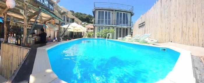 Afbeelding van het zwembad van the beacha club hotel op Koh Phi Phi.
