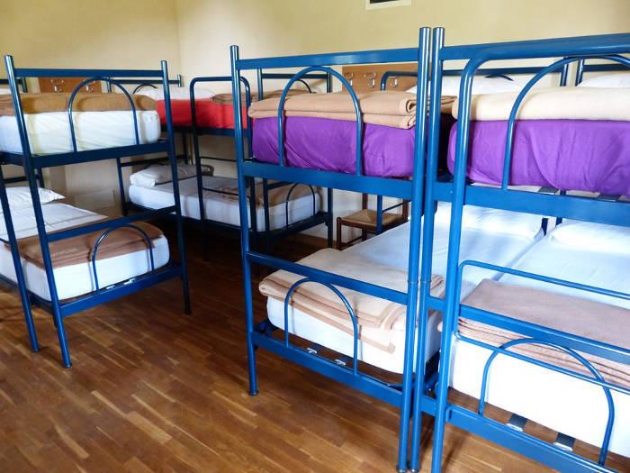 Foto van een gemengde slaapzaal in een hostel.