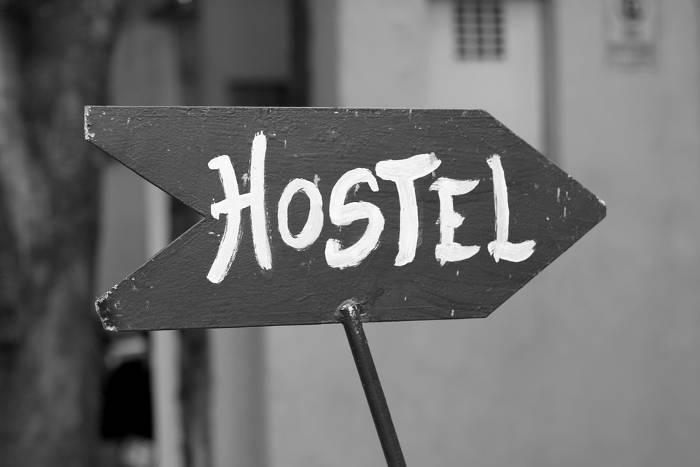 Afbeelding van een wegwijsbord die naar een hostel doorverwijst.