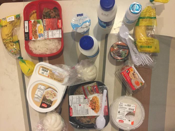Foto van verschillend eten en drinken dat te koop is bij de 7-Eleven in Thailand.