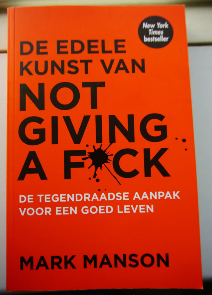 De cover van de edele kunst van not giving a fuck.