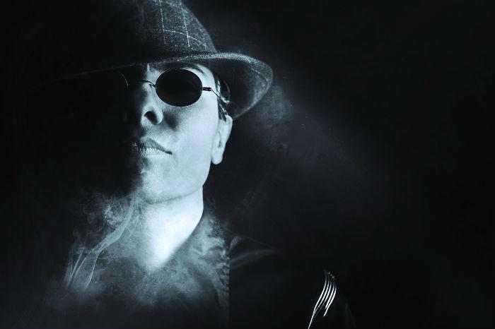 Afbeelding van een gangsterachtig figuur.