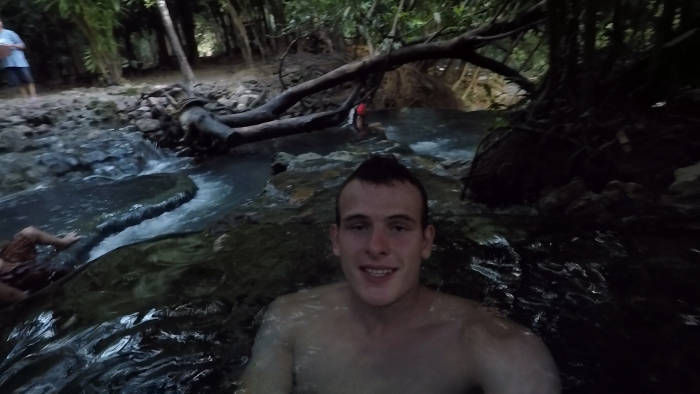 Een selfie die genomen is door een backpacker die in de Krabi hotsprings ligt.