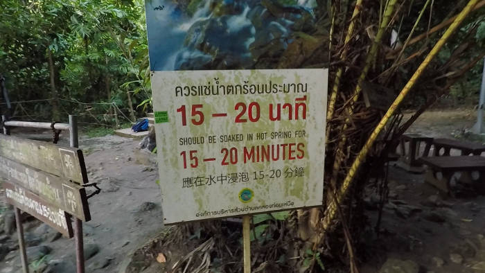 Afbeelding van een waarschuwingsbord die de maximale toegestane tijd voor de Krabi hotsprings aangeeft.
