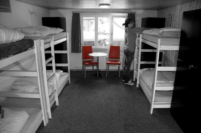 Foto van een slaapkamer met stapelbedden in een hostel.
