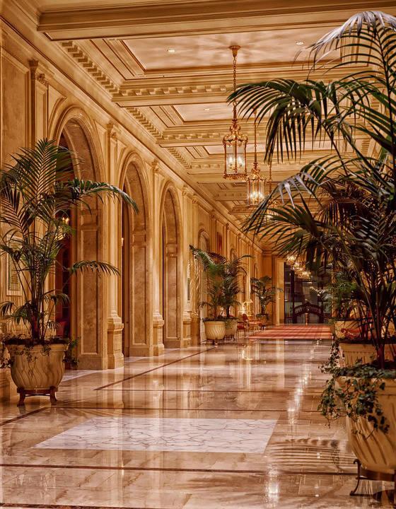 Foto van een lobby van een hotel.