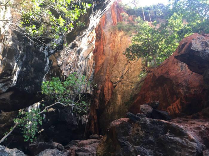 Foto van mooie rotsen op Railay beach.