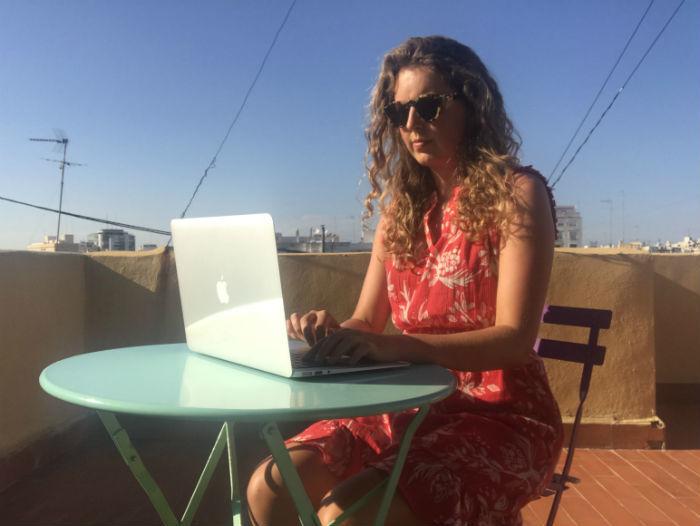 Een foto van Agnes Nederhof die als digital nomad aan het werk is in Valencia.