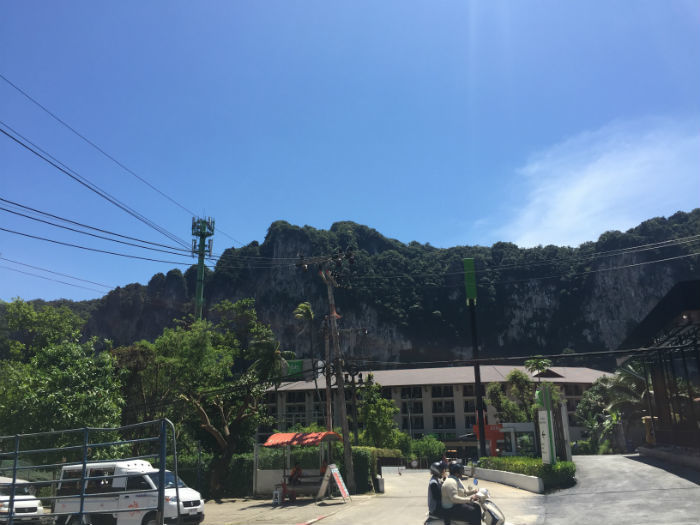 Afbeelding die een stukje van de straat en een berg laat zien in Ao Nang Krabi.