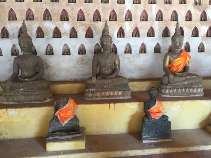 Foto van Boeddhabeelden in de Wat Sisaket tempel.