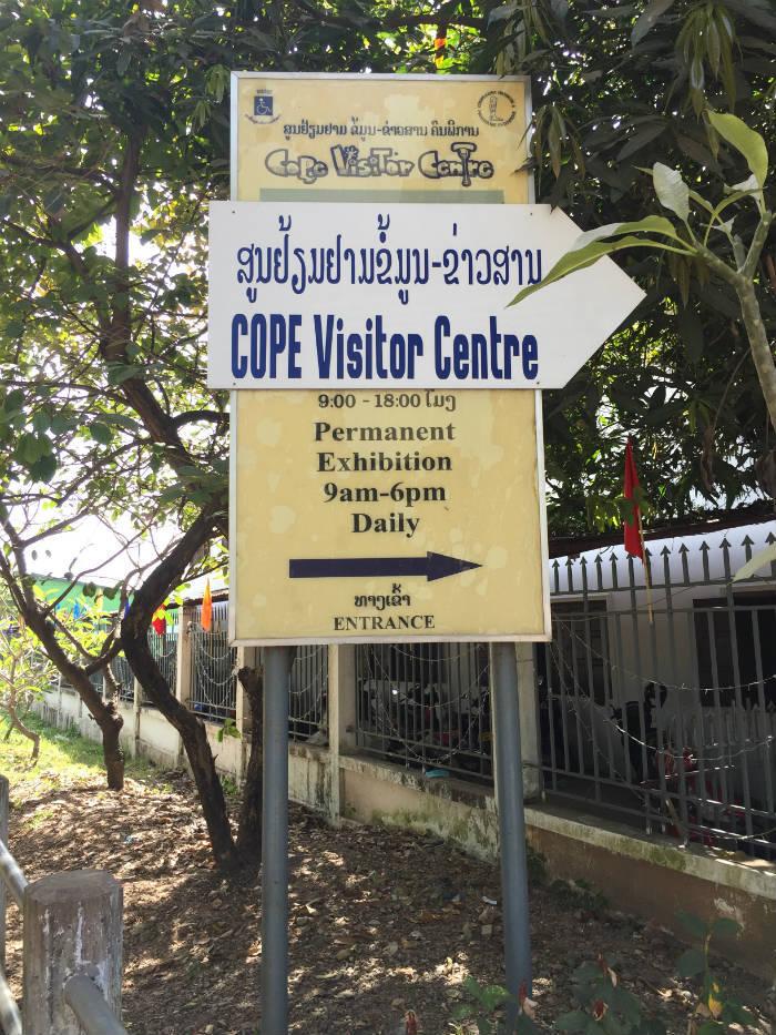 Foto van het entreebord bij het COPE Visitor Centre waarop de openingstijden staan.