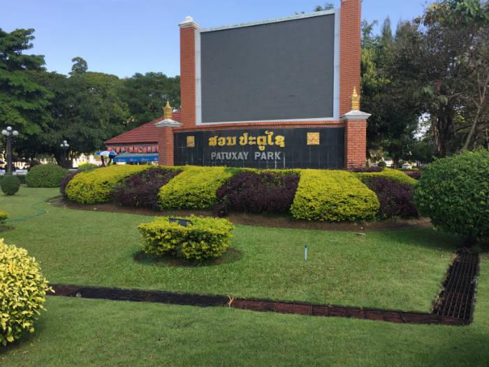 Foto van de ingang van het Patuxai park.