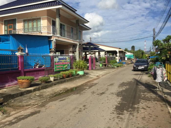 Foto van een woonwijk in Krabi Town.