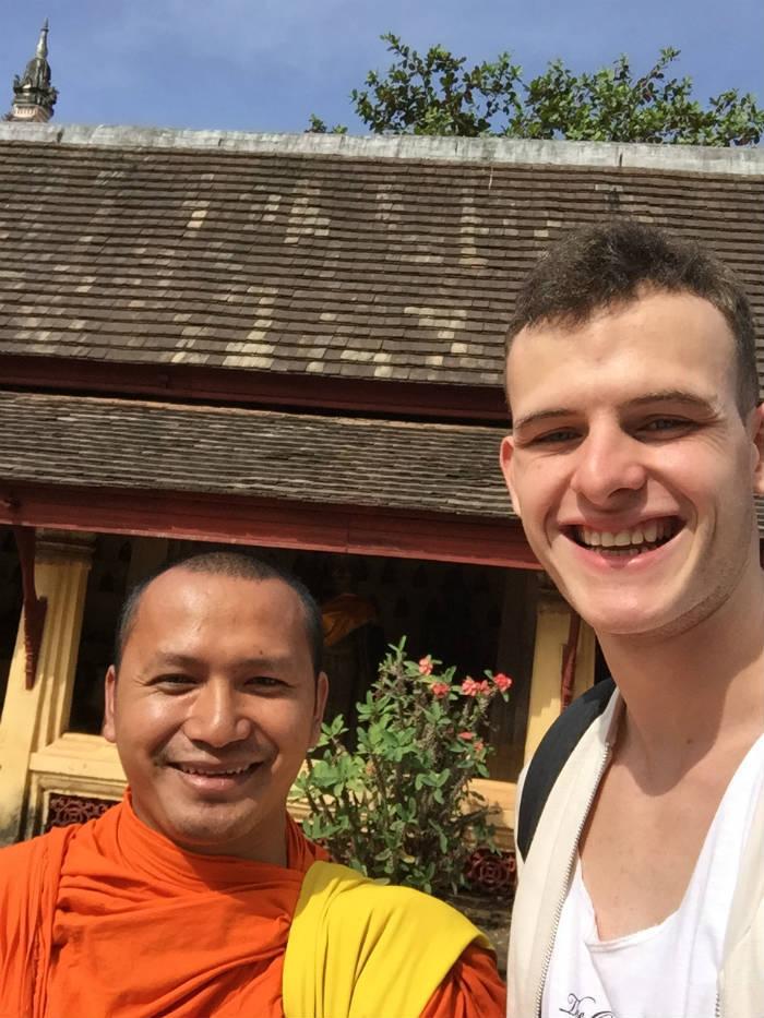 Foto samen met een monnik bij de Wat Sisaket tempel.