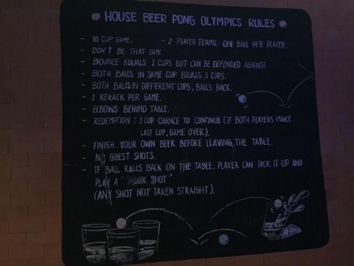 Afbeelding van de beerpong regels in het Pak Up hostel in Krabi.