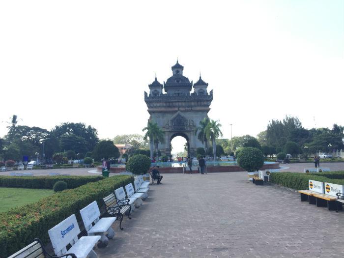Afbeelding van de Patuxai vanaf de voorkant genomen.