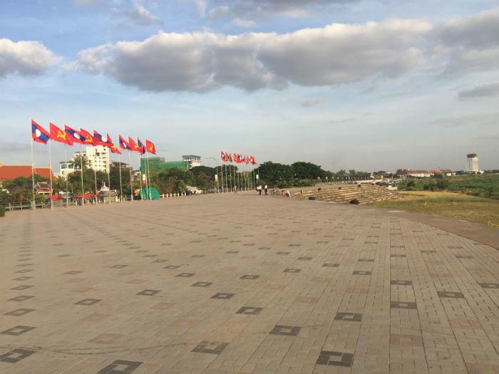 Foto van het grote plein aan de Mekong rivier.