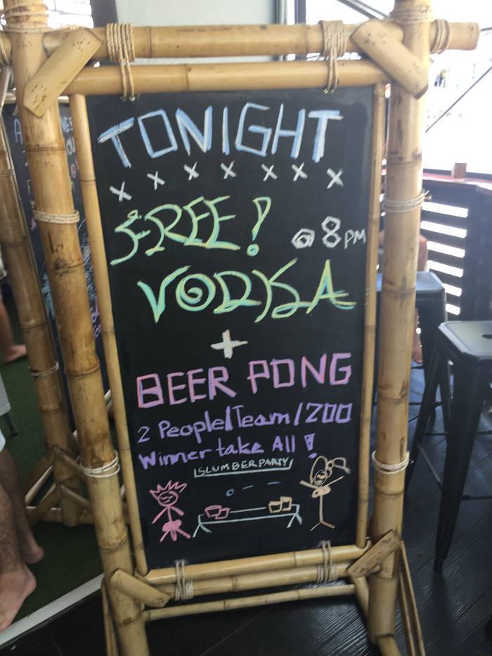 Afbeelding van een krijtbord waarop een beerpong avond met gratis vodka in het Slumber party hostel in Krabi wordt aangekondigd