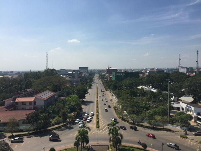 Foto van het uitzicht vanaf de achterkant van de Patuxai.