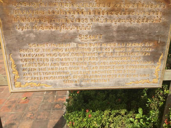 Informatiebord bij de Wat Sisaket tempel waarop de historie van de tempel verteld wordt.
