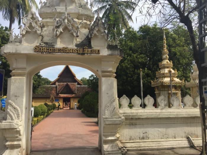 Foto van de ingang van de Wat Sisaket tempel in Vientiane.