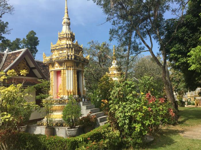 Foto van de tuin van de Wat Sisaket tempel.