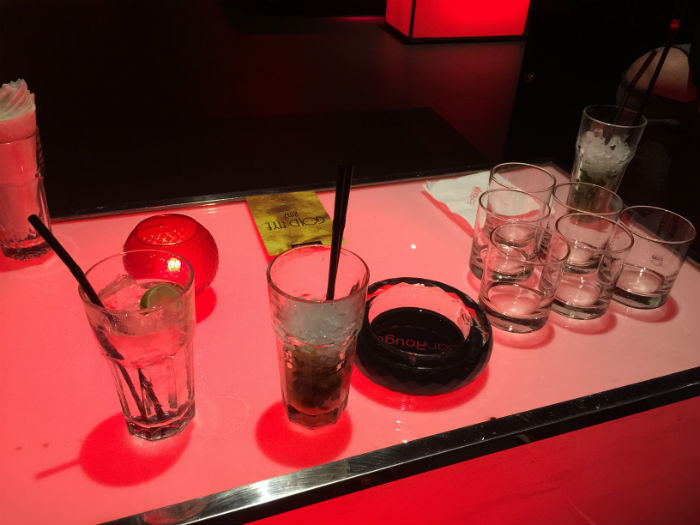 Afbeelding van diverse drankjes die bij Bar Rouge in Shanghai gedronken worden tijdens een avondje stappen.
