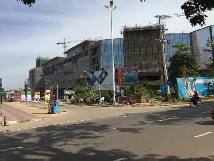 Foto van een nieuw winkelcentrum dat gebouwd wordt in Vientiane.