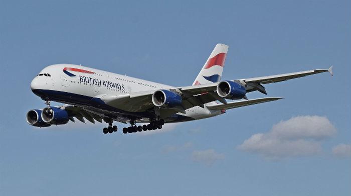 Foto van een toestel van de Engelse luchtvaartmaatschappij British Airways die de landing inzet.