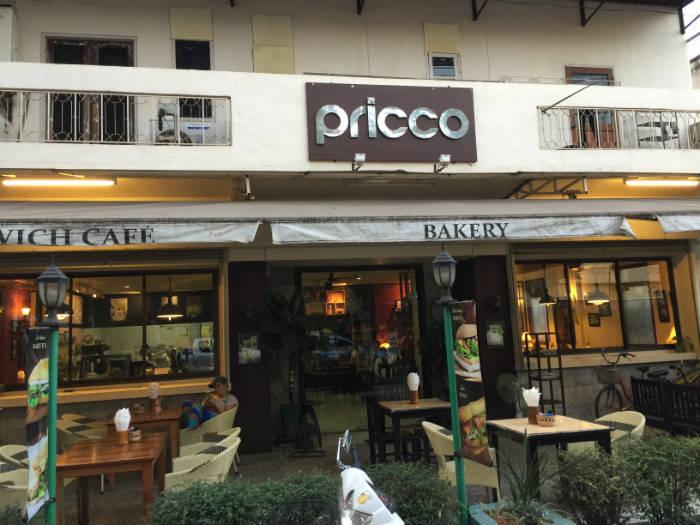 Foto van de ingang van een Frans café in Vientiane.