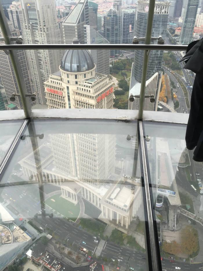 Foto van het middelste observatiepunt van de Shanghai Oriental Pearl Tower.