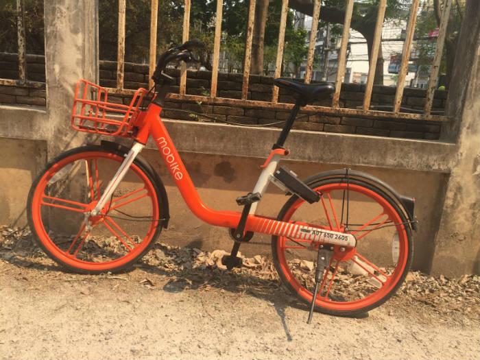 Foto van een Mobike die ergens in Chiang Mai geparkeerd staat.