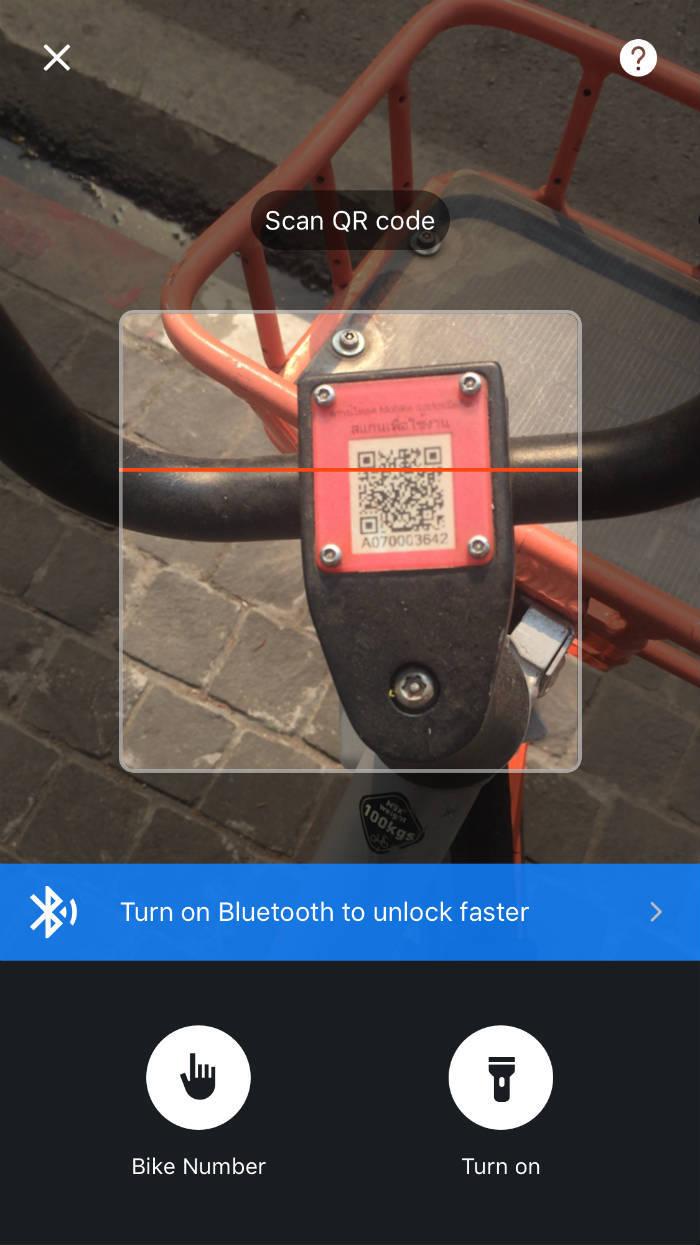Foto van een Mobike die ontgrendeld word door middel van de QR code die tussen het stuur zit.
