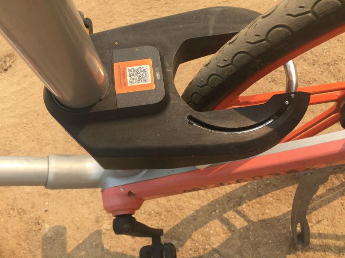Foto van een Mobike die op slot staat.