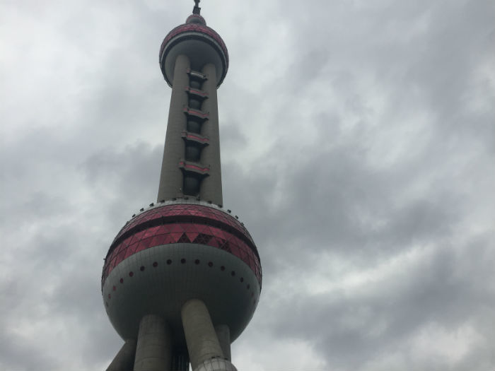 Foto van de buitenkant van de Shanghai Oriental Pearl Tower.